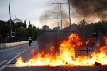 La huelga  multiplica los cortes de carreteras y bloquea la frontera con Francia