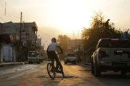 Un niño sirio pasea con su bici por la ciudad de Tal Abyad.
