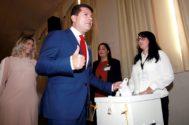 Fabian  Picardo ejerce su derecho al voto en Gibraltar.