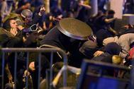 Un radical se cubre con una paellera durante los incidentes de ayer en Barcelona.L