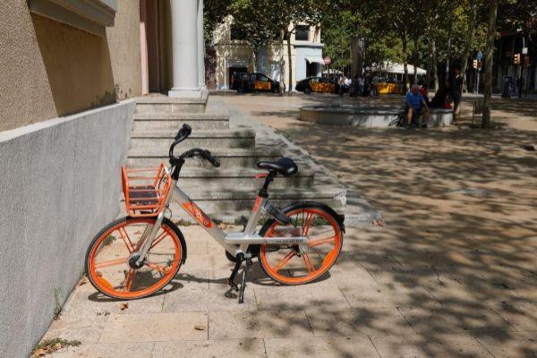 Una bicicleta de Mobike en L'Hospitalet de Llobregat.