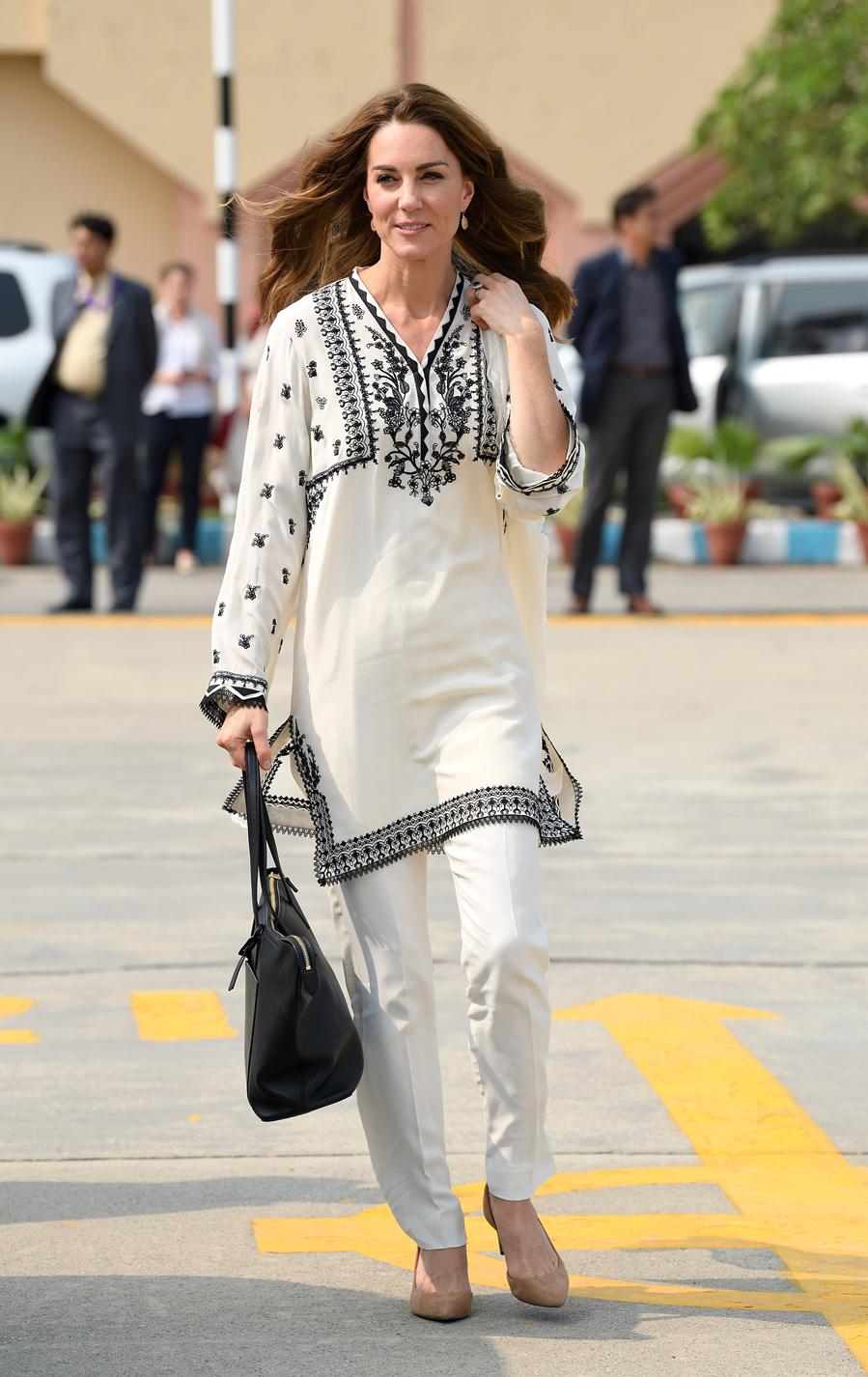 Kate Middleton y el príncipe Guillermo en su visita oficial a Pakistán - Los duques de Cambridge en el aeropuerto de Lahore