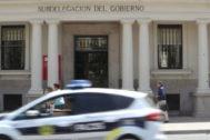 Un vehículo policial circula frente a la Subdelegación del Gobierno de Castellón.