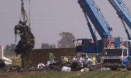 Una grúa retira los restos del avión siniestrado en Sevilla.
