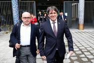 Carles Puigdemont, acompañado por su abogado, Gonzalo Boye, a la salida del Palacio de Justicia en Bruselas.