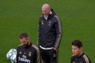 GRAF2313. MADRID.- El entrenador francés del Real Madrid, Zinedine <HIT>Zidane</HIT> (c) junto con su compatriota, el delantero Karim Benzema (i) durante el entrenamiento del equipo en la ciudad deportiva de Valdebebas para preparar el partido de Liga de mañana que les enfrenta al RCD Mallorca.
