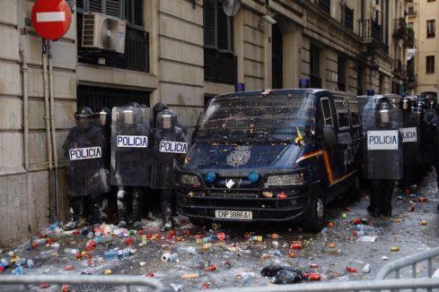 Lanzan objetos a los policías en la Jefatura del centro de Barcelona