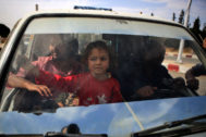 Una familia siria escapa de Ayn al-Arus, tomada por los milicianos apoyados por Turquía