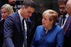 El presidente del Gobierno en funciones, Pedro Sánchez, charla con la canciller alemana Angela Merkel este viernes en Bruselas.