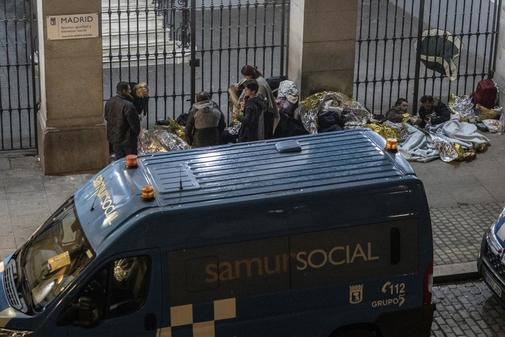 Refugiados a las puertas del Samur Social, en La Latina