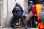 Enfrentamientos entre policía y manifestantes en Vía Laietana.