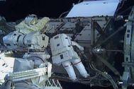 Captura de televisión del paseo espacial de Christina Koch y Jessica Meir