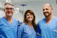 Los doctores José María Lloret Espí, Inés Blasco y Juan José Aparicio, miembros de la unidad de patología mamaria en el quirófano inteligente de la Clínica HLA Vistahermosa.