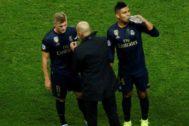 Zidane charla con Kroos y Casemiro en el Parque de los Príncipes.
