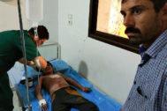 El niño Mohamed Mohamed, de 13 años, es atendido de graves quemaduras en el hospital de Tel Tamir (norte de Siria).