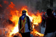 Un manifestante durante las protestas que se están produciendoen Barcelona.