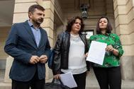 La alcaldesa de Huévar del Aljarafe, María Eugenia Moreno, flanqueada por Toni Martín y por Virginia Pérez.