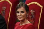 La Reina ha vuelto a confiar en Felipe Varela y en un maquillaje en tonos marrones