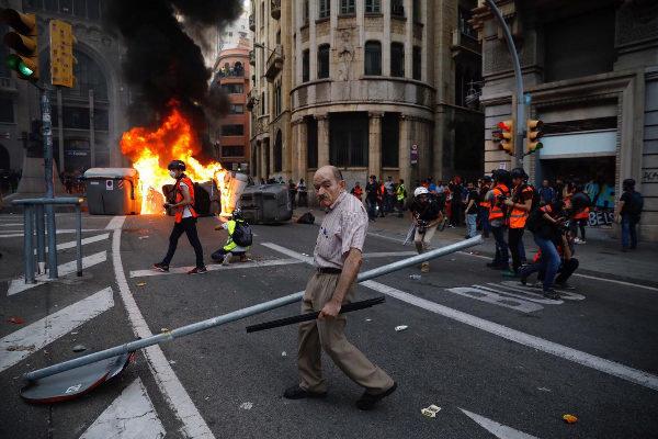 José Frías, impasible, recoge las señales de tráfico arrancadas en Via Laietana.