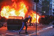 Un joven encapuchado, este viernes, en los disturbios producidos en Barcelona, con motivo de la huelga independentista.