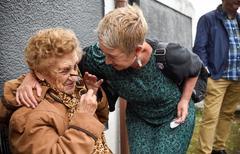 Victoria de Castro 'Vitori' recibe el cariño de una vecina de Portugalete ayer tras recuperar su vivienda.