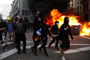 Participantes en los altercados durante la huelga general independentista en Barcelona.