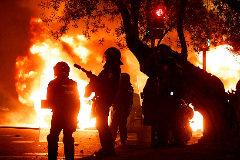 Agentes de la Policía Nacional, durante los disturbios ocurridos tras la huelga independentista, este viernes, en Barcelona.