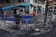 La terraza de Don Bocata, calcinada tras los disturbios de Urquinaona.