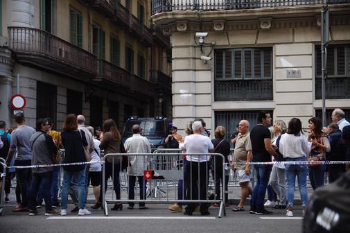 Ciudadanos de Barcelona se concentran en la Vía Laietana de...