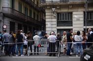 Ciudadanos de Barcelona se concentran en la Vía Laietana de Barcelona, en apoyo a los agentes de la Jefatura de Policía Nacional atacada este viernes.