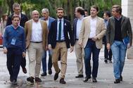 El presidente del PP, Pablo Casado (en el centro), acompañado del presidente de la Junta de Castilla y León, Alfonso Fernández, y alcaldes 'populares', este sábado, en Valladolid.