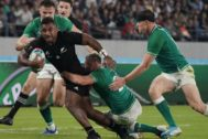 Tokyo (Japan).- New Zealand's Sevu Reece attacks the defense of Ireland during the Rugby World Cup quarter final match between New Zealand and Ireland played in the Tokyo Stadium, Tokyo, Japan, 19 October 2019. (Atentado, Irlanda, Japón, <HIT>Nueva</HIT> <HIT>Zelanda</HIT>, Tokio) EPA/ EDITORIAL USE ONLY/ NO COMMERCIAL SALES / NOT USED IN ASSOCATION WITH ANY COMMERCIAL ENTITY