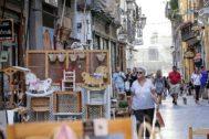 Vecinos y turistas paseando por una céntrica calle comercial de Valencia.