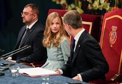 La Princesa de Asturias conversa con su padre, el Rey, antes de pronunciar su discurso, en los Premios Princesa de Asturias, este viernes.