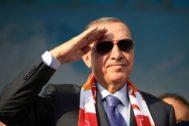 El presidente turcoTayyip Erdogan hace el saludo militar en Kayseri, Turquía.
