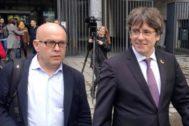 Gonzalo Boye junto a Puigdemont, el viernes en Bruselas.