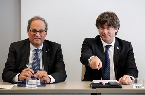 El presidente catalán, Quim Torra (izqda.), y el ex presidente Carles...