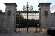 La verja cerrada del Valle de los Caídos.