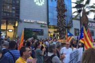 Los escasos asistentes a la concentración en rechazo a la sentencia en Alicante.