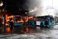 Autobuses ardiendo en la plaza de Maipu, en Santiago de Chile.