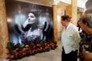El viudo de la bailarina, observa una de las imágenes expuestas en el Gran Teatro Alicia Alonso.