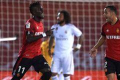 El Madrid entrega el liderato en Mallorca, con su primera derrota liguera