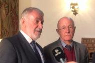 El ex ministro del Interior y presidente de la federación europea 'One of Us', Jaime Mayor Oreja (izqda.), este sábado, en Santiago de Compostela.
