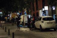 Los radicales lanzan objetos a la Policía en Madrid.
