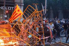 Una barricada hecha con vallas y cartones, en la Vía Laietana, este viernes, en Barcelona.