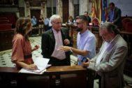 El concejal de Cultura Festiva, Pere Fuset, conversa con el alcalde, Joan Ribó, y los concejales socialistas Sandra Gómez y Ramón Vilar.