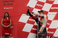 Motegi (Japan).- Spanish MotoGP rider <HIT>Marc</HIT> <HIT>Marquez</HIT> (R) of Repsol Honda Team kicks a can of Red Bull as he celebrates on the podium after winning the MotoGP Motorcycling Grand Prix of Japan in Motegi, Tochigi Prefecture, north of Tokyo, 20 October 2019. (Motociclismo, Ciclismo, Japón, Tokio) EPA/