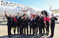 Alan Joyce, CEO de Qantas, celebra con la tripulación la llegada a Sídney sin escalas desde Nueva York.