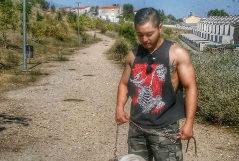 Leandro Matías, el carnicero tatuador, con su perro