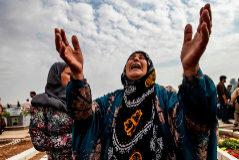Una mujer kurda llora a sus familiares muertos en un entierro colectivo en Ras el Ain.